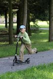 Kind und Roller stockbild