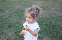 Kind-und Seifen-Luftblasen Stockfotografie