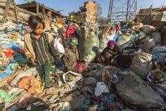 Kind und seine Eltern während des Mittagessens im Bruch zwischen dem Arbeiten an Dump Stockfotografie