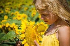 Kind und Sonnenblume Stockbild