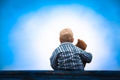 Kind und Teddybär am Dach Stockfoto