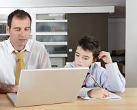 Kind und Vati auf Laptop stockbilder