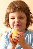 Kind und Zitronen Stockfoto