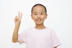 Kind und zwei Finger lizenzfreie stockfotos