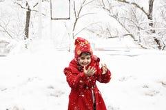 Kind unter dem Schnee Stockfoto