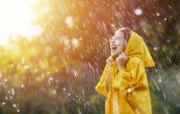 Kind unter Herbstregen Stockbild