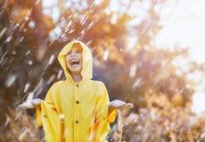 Kind unter Herbstregen Lizenzfreie Stockbilder
