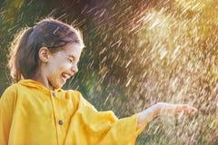 Kind unter Herbstregen Stockfotografie