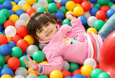 Kind unter Klingen Stockfoto