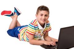 Kind unter Verwendung eines Computers Lizenzfreies Stockfoto