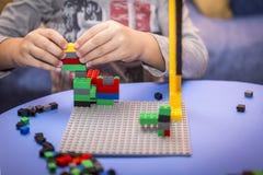 Kind vereinbart Block des Erbauers ein Kindheitsspiel, das die Fantasie von kleinen Leuten entwickelt Lizenzfreie Stockfotografie