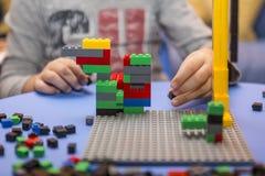 Kind vereinbart Block des Erbauers ein Kindheitsspiel, das die Fantasie von kleinen Leuten entwickelt Stockbilder