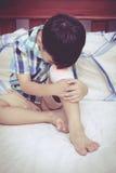 Kind verletzt Wunde auf dem Knie des Kindes mit Verband Weinlese s Stockbilder