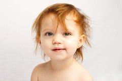Kind-verrückter Haar-Weiß-Hintergrund stockfoto