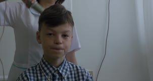 Kind verwendet darsonval für Massagekopf ` s Haut Empfangen des elektrischen darsonval Gesichtsmassageverfahrens Empfangen elektr stock video
