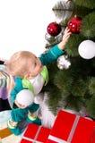 Kind verziert einen Weihnachtsbaum Lizenzfreie Stockfotos