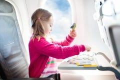 Kind in vliegtuig Vlieg met familie Jonge geitjesreis royalty-vrije stock afbeelding
