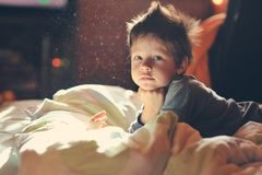 Kind wach Stockbild