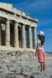 Kind vor altem Parthenon in Akropolise A Stockbilder