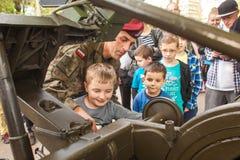 Kind während der Demonstration des Militärs und der Rettungsausrüstung Stockfotos