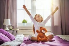 Kind wacht vom Schlaf auf Stockfotografie