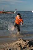 Kind, water en pret. De pret van het strand. Stock Afbeeldingen