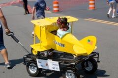 Kind in weinig vliegtuig op wielen Royalty-vrije Stock Afbeeldingen