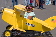 Kind in weinig vliegtuig op wielen Royalty-vrije Stock Foto's
