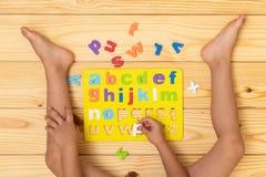 Kind, welches das Alphabet lernt stockbilder