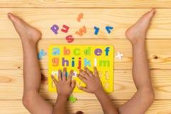 Kind, welches das Alphabet lernt lizenzfreies stockfoto