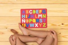Kind, welches das Alphabet lernt lizenzfreies stockbild
