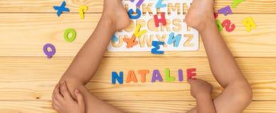 Kind, welches das Alphabet lernt stockfotos