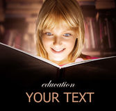 Kind, welches das Buch liest Stockfotografie