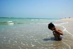 Kind, welches das Meer überwacht Lizenzfreies Stockfoto