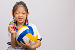 Kind, welches die Ball-und Goldmedaille, lokalisiert auf Weiß hält Lizenzfreie Stockfotos