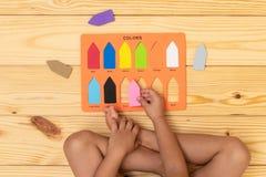 Kind, welches die Farben lernt lizenzfreies stockbild