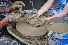 Kind, welches die Kunst von Tonwaren vom alten Töpfer lernt Lizenzfreies Stockfoto
