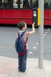 Kind, welches die Straße kreuzt Stockfotos
