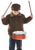 Kind, welches die Trommel spielt lizenzfreie stockfotos