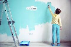 Kind, welches die Wand malt Stockbild