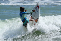 Kind, welches die Welle einschaltet Stockfotografie