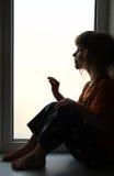 Kind, welches heraus das Fenster schaut Lizenzfreie Stockfotografie