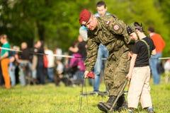 Kind während der Demonstration des Militärs und der Rettungsausrüstung im Rahmenjahrbuch Polnischstaatsangehörigen Lizenzfreie Stockfotografie