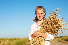 Kind in witte de tarweoren van de overhemdsholding in de handen Stock Fotografie