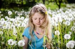Kind in witte paardebloembloemen stock fotografie