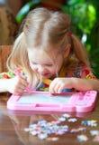 Kind zeichnet stockfotografie