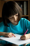 Kind zeichnet. Stockbild