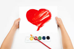 Kind zeichnet das Herz Stockfotos