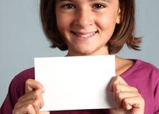 Kind zeigt weiße Karte Stockfoto