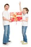 Kind zwei mit Geschenkboxen Stockbilder